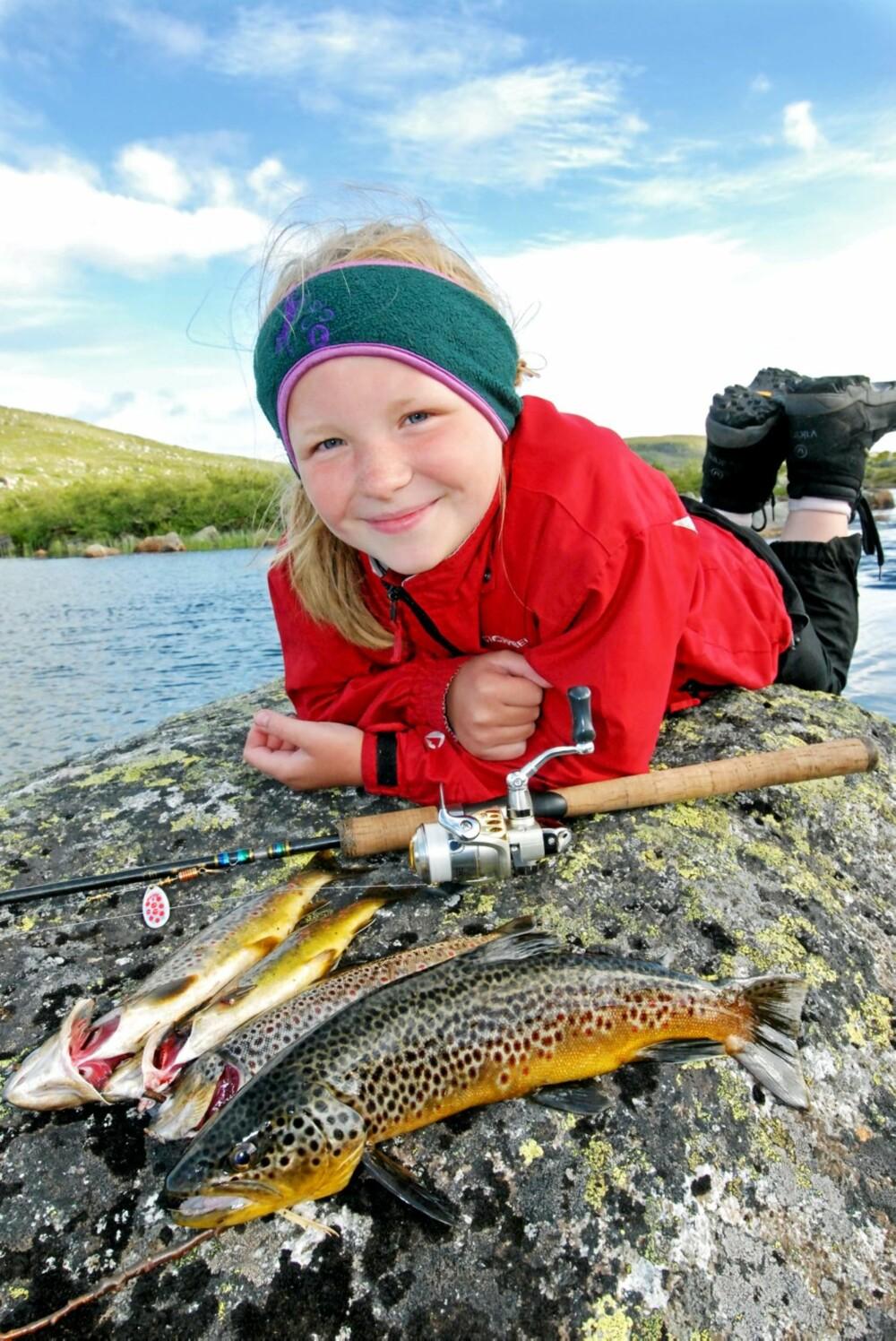 FRILUFTSJENTE: Til tross for dårlig vær og magesjau vil Lise gjerne på tur neste år også. Og noen ganger er det helt ålreit - særlig med så flott fangst.