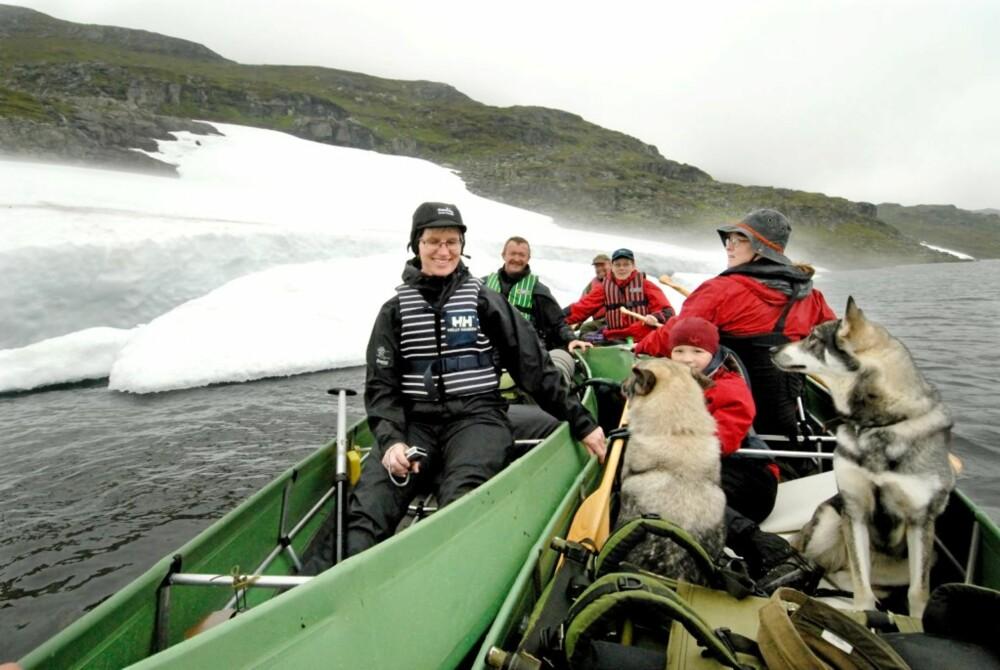 KLAR TIL START: Valborg og Reidar Sandal, Elna og Lise Skåtan samt Yngvild og Peter Hermansen er klar til å starte padleturen i vinterlige omgivelser i Holmavatn i Røldal.
