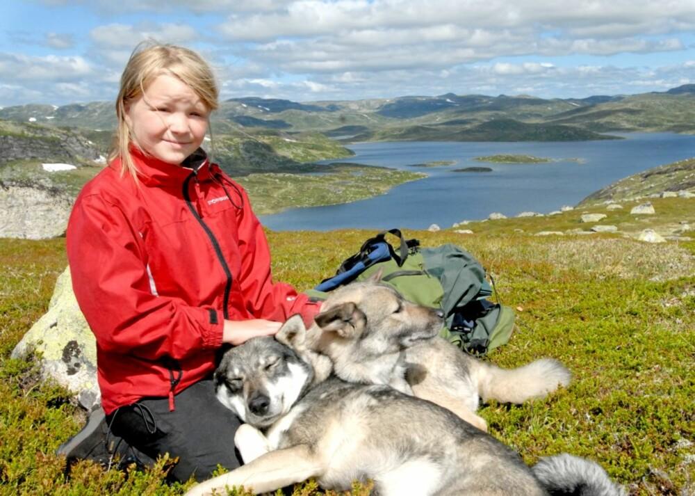 UT PÅ TUR, ALDRI SUR: Elleveåringen Lise setter pris på å være ute på tur ei uke, og koser seg med hundene.