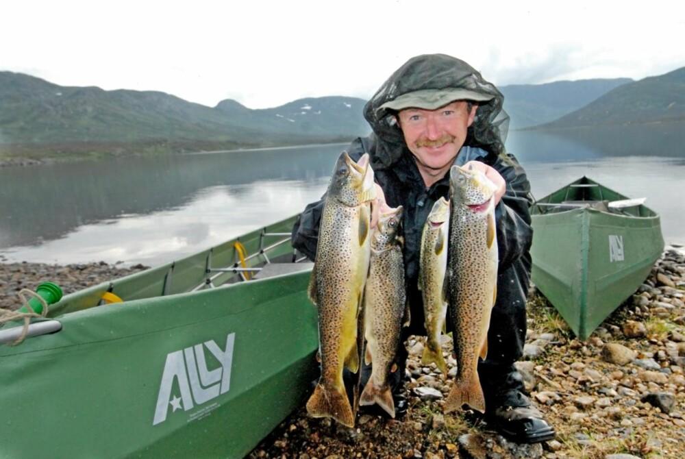 FISKEBETT: Først i det siste vannet slår fiskebettet ordentlig til og Peter lander noen fine eksemplarer i Vollevatn.