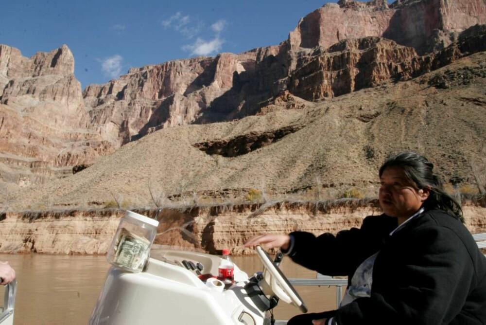 PENGER: Indianerkvinnen som fører båten nede på Colorado River, har like gjerne tapet fast ei svær bøtte til tips ved siden av rattet.