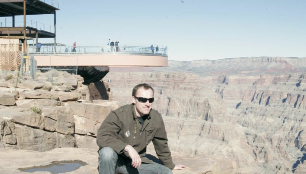 I BAKGRUNNEN: Spektakulære Skywalk - en glassbru hvor du får følelsen av å gå ut i løse lufta.