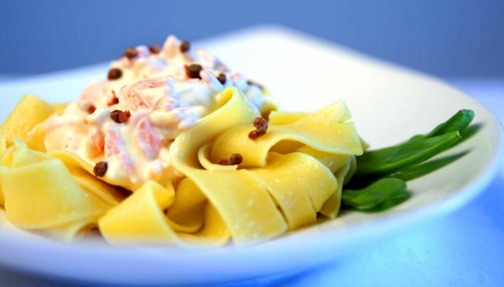DAGENS MIDDAGSTIPS: Røkt laks med pasta og rosépepper.