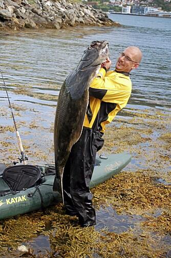 KJEMPE FRA KAJAKK: Kveite veide 44 kilo - det er dobbelt så mye som kajakken Johan Svenson fisket fra!