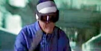FOR YOUR EYES ONLY: Roger Moore imponerte som skikjører i blant annet en bobbane. Bak seg har han slemme menn med våpen og motorsykler.