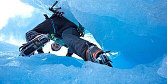 """KLATRE PÅ ISEN: Har du litt erfaring fra """"vanlig"""" klatring, er isklatring noe du bør vurdere i vinter. Bildet er tatt ved en bretunge ut fra Jostedalsbreen ned i Briksdal."""