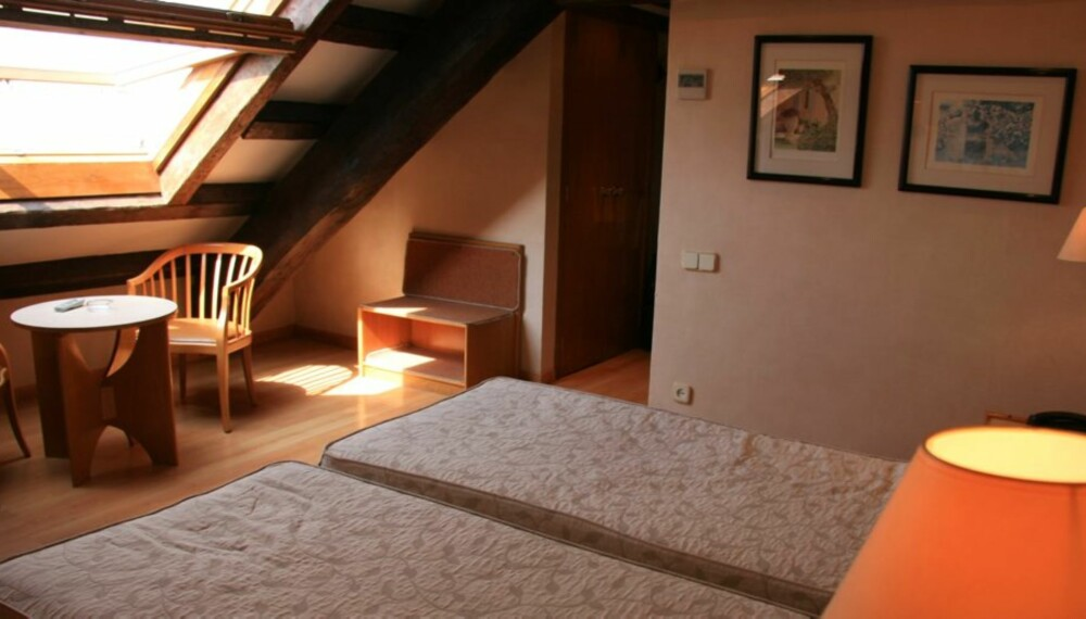 SKRÅTAK: Hotel Sant Agustí ligger rett ved hovedgata La Rambla.