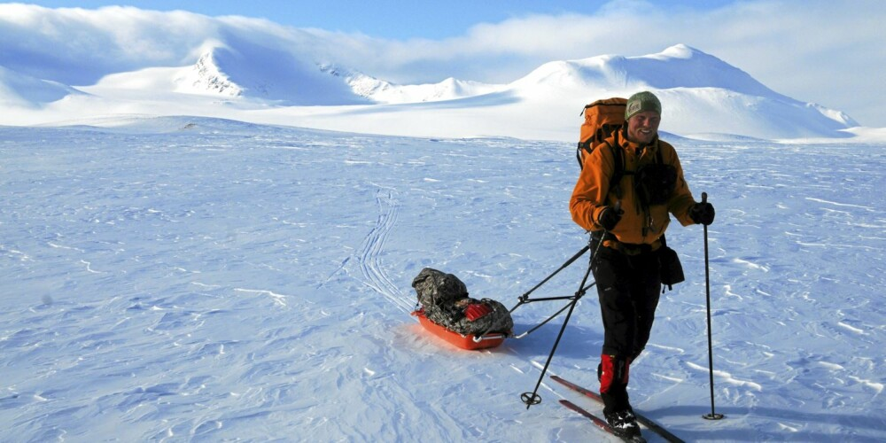 SKI OG PULK: Spektakulære Kvigting i bakgrunn, vår mann med ski og pulk i forgrunnen.