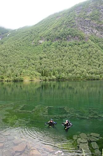 DYKKING: I bunnen av Lyngstølsvatnet ligger det ei seter som er et populært sted for dykkere. Setra ble lagt under vann etter et ras i 1908.