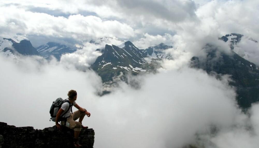 ET VAKKERT SKUE: Tåka er ikke til å spøke med, men når den danser rundt og pakker inn sunnmørsalpene på denne måten, er det fint å være på fottur i fjellet.