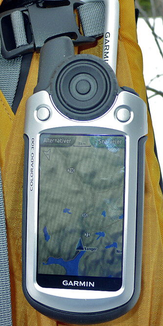 Karabinkroken festes til GPS-en med en monteringsplate som gjør at den sitter godt.