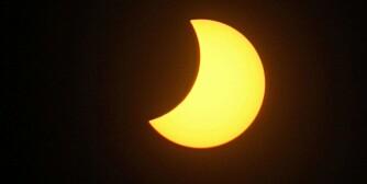 FRA OSLO: Slik så solformørkelsen ut fra Frongnerparken i Oslo fredag.