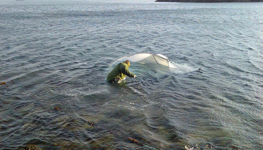BLÅSTE PÅ SJØEN: Kun ett av teltene blåste på sjøen under testen.