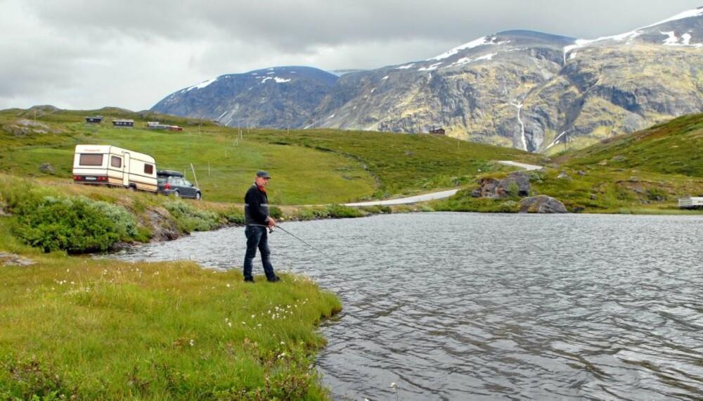 JOTUNHEIMEN FJELLSTUE: Mange av vannene på Sognefjellet er lett tilgjengelige, enten fra vei eller via merket turiststi. De to vannene som ligger ved Jotunheimen fjellstue, er særlig enkle å nå.