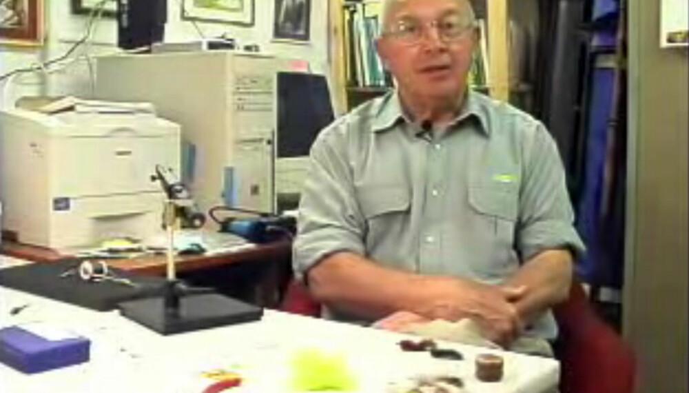 ERFAREN. David Cammiss har bundet fluer i 60 år. Se videoene hans her.