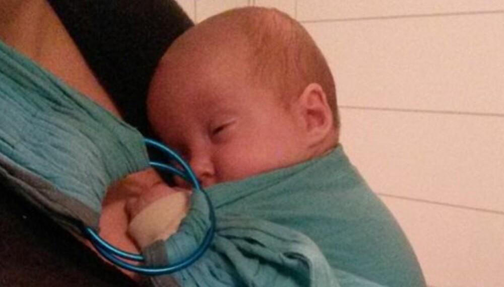 KENGURUMETODEN: Vesle Lilly er født 9 uker for tidlig og holdes for det meste nær kroppen i et sjal. –Det er helt tydelig at hun faller til ro ved å høre hjerteslagene våre, sier mamma Nina.
