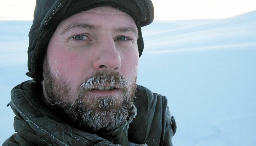 LÆRER SOLDATER Å OVERLEVE: Overlevelsesekspert Arne Alexander Strand ved Forsvarets vinterskole.