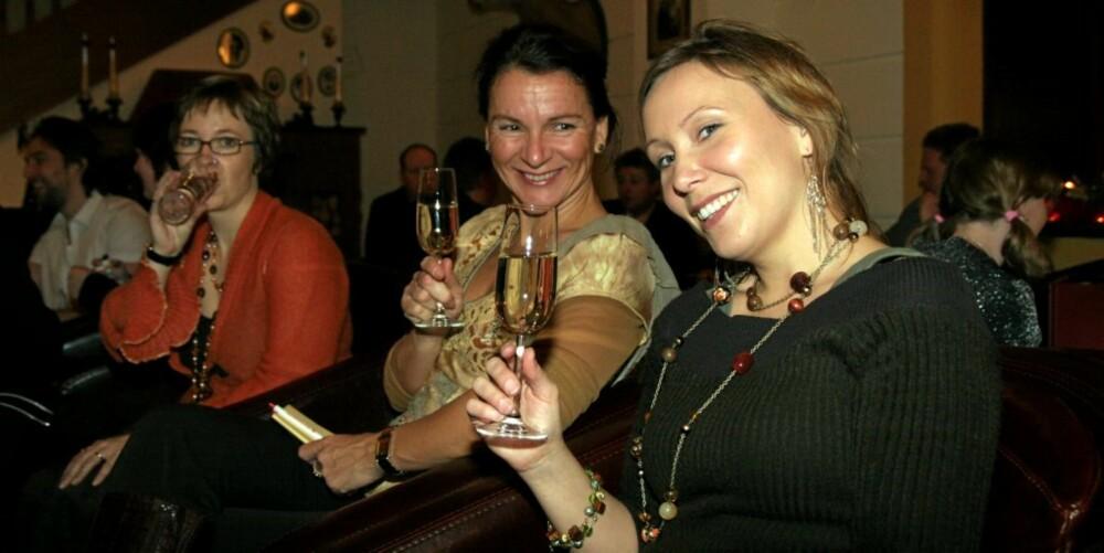 AFTERSKI: Afterski er obligatorisk etter en lang dag på ski. Bad Gastein egner seg ypperlig i så måte, mener de skandinaviske jentene Janette og Kristin.