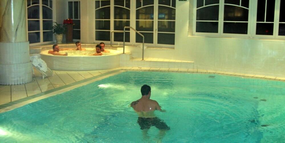 LINDRENDE VANN: Vannet i badeanleggene er naturlig varmt fordi det kommer fra varme kilder langt inni fjellet. Temperaturen ligger mellom 34 og 37 grader