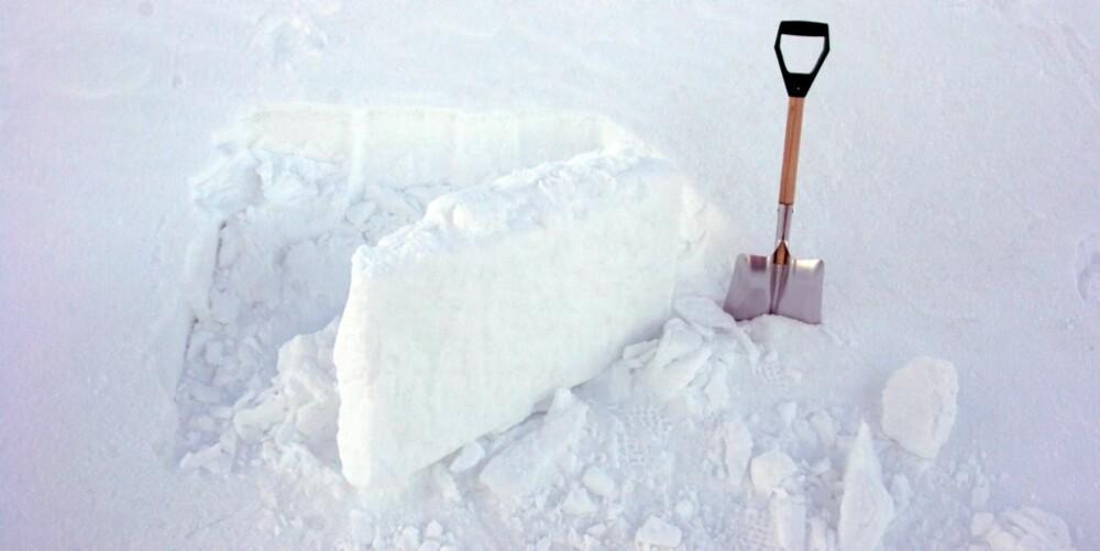 DEKKES IGJEN: Bruk snøblokker til å dekke igjen åpningen  når hula er ferdig.