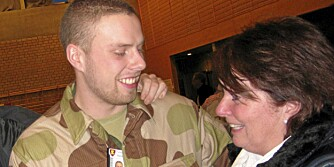 AVSKJED: Soldatmamma Soldatmamma Inger Holmen tar farvel med sin yngste sønn før han drar til Afghanistan våren 2009.