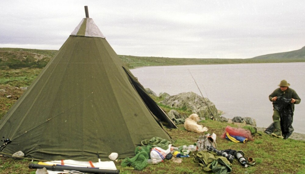KAUTOKEINO: Fjellfisker ved vann på Finnmarksvidda med lavvo.