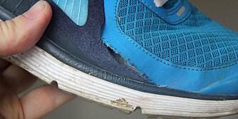 REVNET: Den falske Nike-joggeskoen fra nettbutikken nikeworks.com har hull i siden. Sømmen revnet etter kort tids bruk.