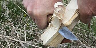 TØRR GRAN: Fliser fra tørr gran som er spikket på denne måten, er et utrolig bra opptenningsmiddel.