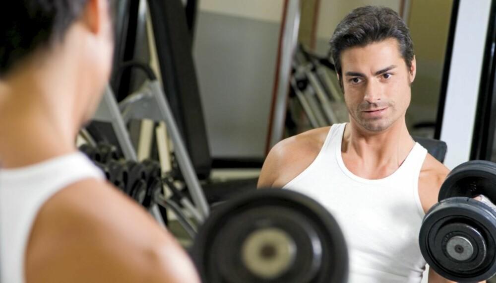 STYRKE I SPEILET: Trener du med vekter foran et speil, er det lettere å kontrollere bevegelsene.