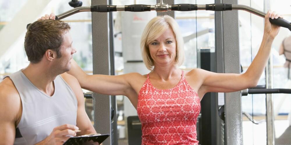 BYGG MUSKLER: Ved å trene opp muskulaturen rundt leddene, særlig ved styrketrening, oppnås økt stabilitet og bedre funksjon i leddet, noe som demper smerter som følge av atrose.