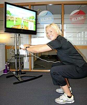 KNEBØY: Med spillet Active Personal Trainer går knebøyene som en lek. Her tester personlig trener hos Sats Storo, Anne Marte Sneve, det nye spillet fra EA Games.