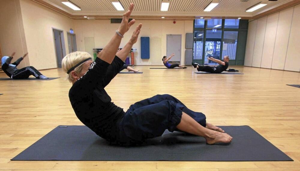 RULL NED: Bilde 9 - løft armene med føttene på gulvet.