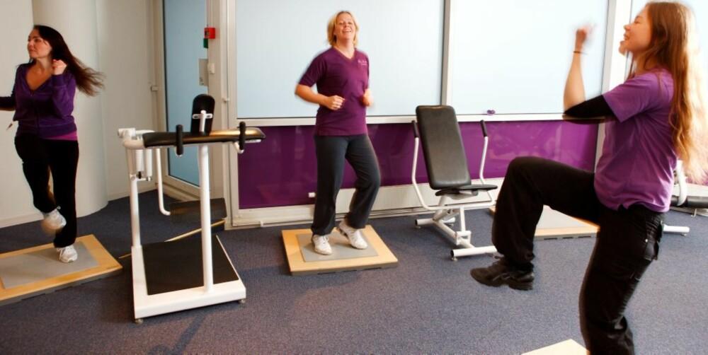 PUSHER: Fitness coach Cathrine Felix sørger for at Beate og de andre damene holder dampen oppe mellom apparatene.