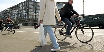 SIKKSAKK: At syklister kjører sikksakk mellom biler for å komme først til krysset, går kanskje mange bilister på nervene, men det er fullt lovlig.