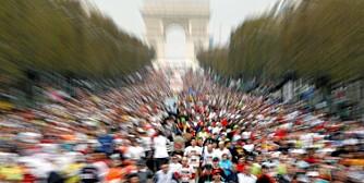 TRIUMF: Maratonløpere på Champs Elysees med Triumfbuen i bakgrunnen.