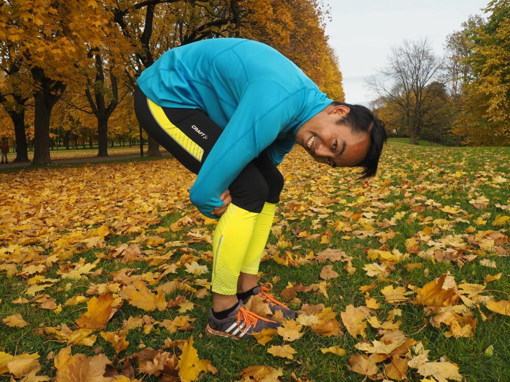 RYGG: Legg en hånd på hver albue og hold armene bak låret og inn mot knehasen. Skyt rygg slik at du får et skikkelig spenn i hele ryggen, og kjenner at det strekker i ryggen og skulderbladene. FOTO: Ingvild Silseth