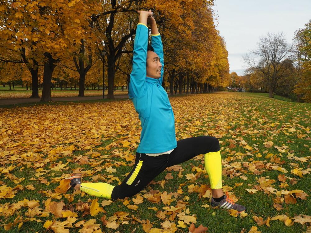 FREMSIDE LÅR: Sett en fot foran deg, og ha overkroppen rett over hoften. Den andre foten legger du bak deg med tåen helt flat, mens du presser bekkenet ned mot bakken uten å falle mot siden. Hvis du i tillegg tar hendene sammen over hodet får du strekt ut hele magen og hofteleddsbøyeren også. FOTO: Ingvild Silseth