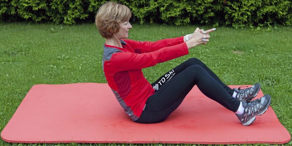 RULLENDE SITUPS: Her trener du de rette magemusklene.