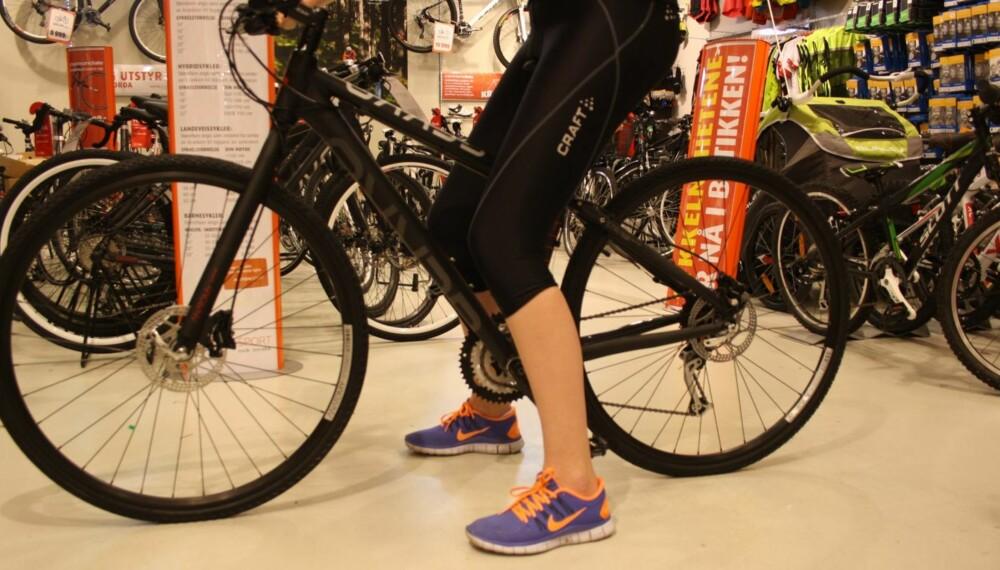 FEIL: For liten sykkel eller for lavt sete gjør at du ikke får strekke ut bena mens du tråkker.