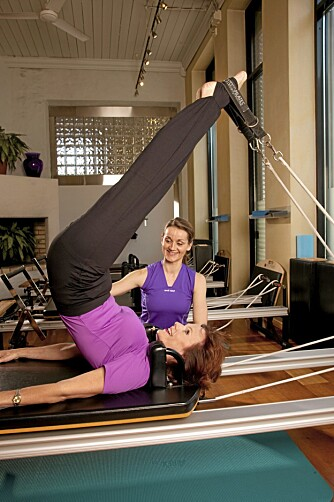 RYGG OG MAGE: Mari får veiledning av Renate Rue i Pilates Room i Oslo under treningen på det spesielle apparatet.