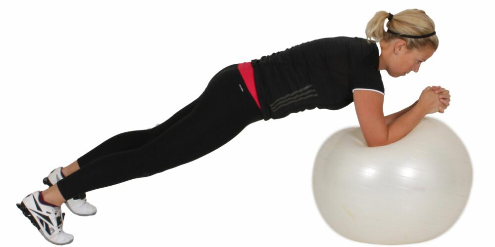 ØVELSE 4: Planken på ball med bevegelse. FOTO: Vibeke Skar Studios