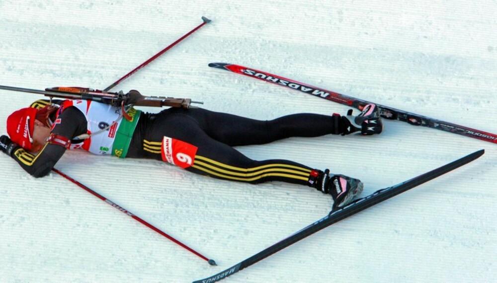 KRAFTANSTRENGELSE: Den tyske skiskyteren Kati Wilhelm utslått i snøen etter seier. Både toppidrettsutøvere og andre som trener må ha gode perioder med restitusjon for å prestere bra.