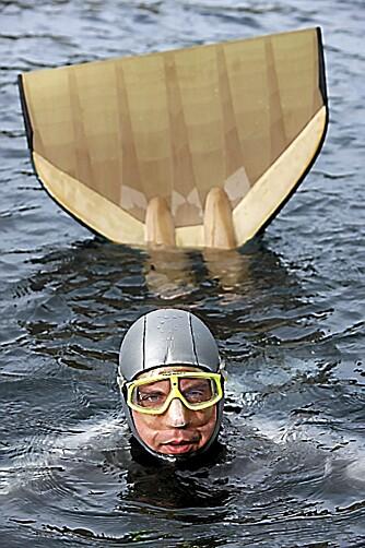 HAVFRUE? Svømmeføttene Bjarte bruker leder tankene mot havfruer.