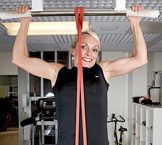 PULL UPS: Du trener rygg, skuldre og armer.