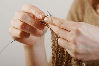 SLANKESTRIKK: Det kan være vel så effektivt å slanke av seg overvekt med å strikke.