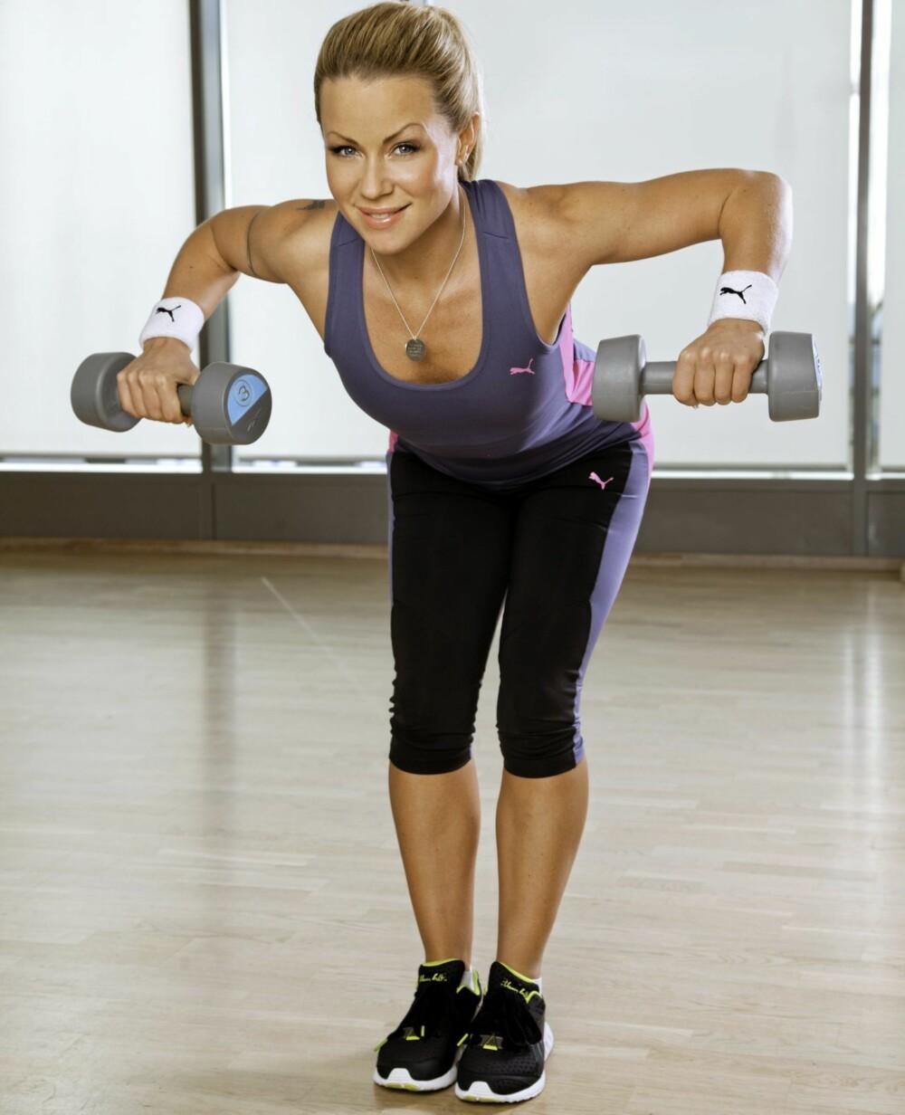 ROING: Her jobber du med musklene mellom skulderbladene, og det er spesielt viktig for deg som sitter mye stille. Det er viktig å trene musklene bak på ryggen. Det vil også gi deg en bedre holdning.