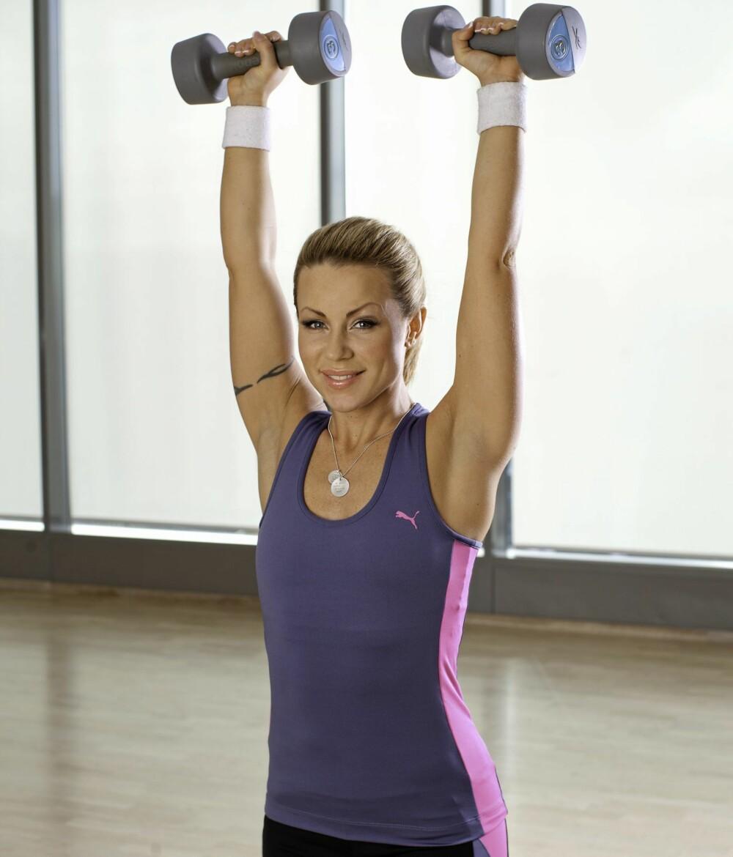 SKULDERPRESS: Her må du stramme core-muskulaturen så du ikke svaier i ryggen. Jobb med skuldre, og pass på at du er rett i ryggen.