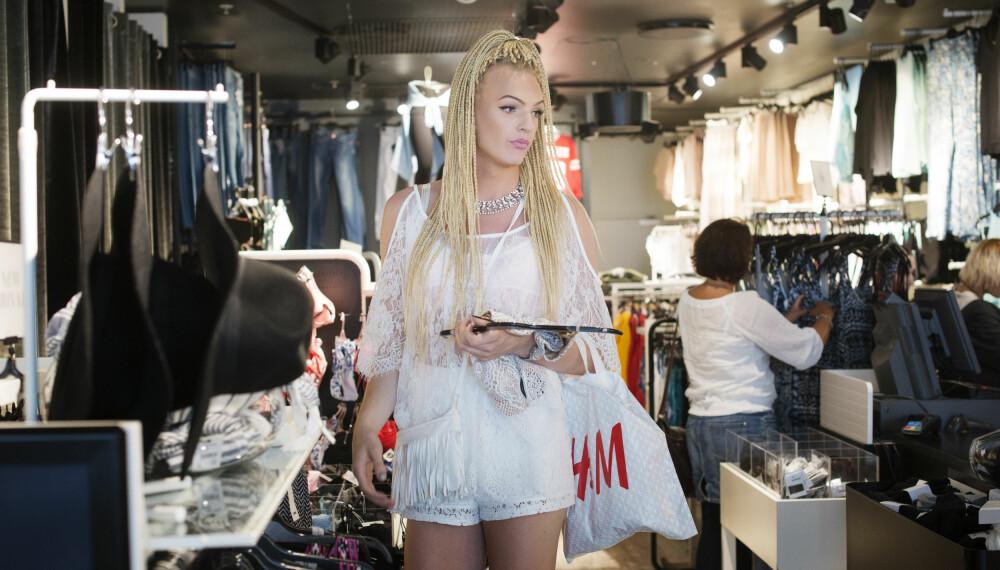 FØDT I GUTTEKROPP: Ava Leana liker å kle seg feminint og elegant, og shopping er noe av det kjekkeste hun vet. FOTO: Marie von Krogh