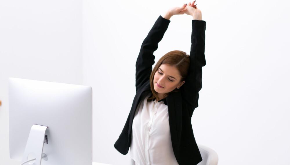 SITTE STILLE: Bøy og tøy litt mens du sitter foran PC-en og bruk hev og senk-funskjonen på pulten din om du har det. FOTO: Colourbox.