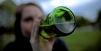 Oslo 13.5.2009.  Russ drikker av ølflaske. Russeklær.  Russetid. Ungdom og alkohol. Drikkekultur. Ungdomskultur. Foto: Kyrre Lien / SCANPIX NB Modellklarert